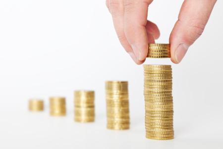 Preiserhöhung: Münzen und Hande