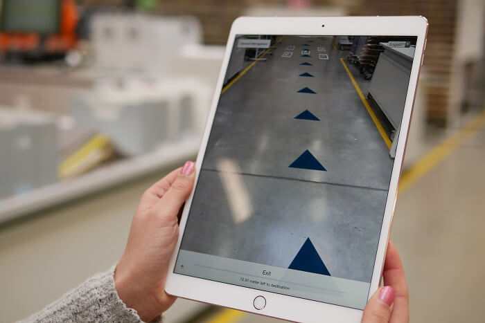 Tablet mit AR in Lagerhalle