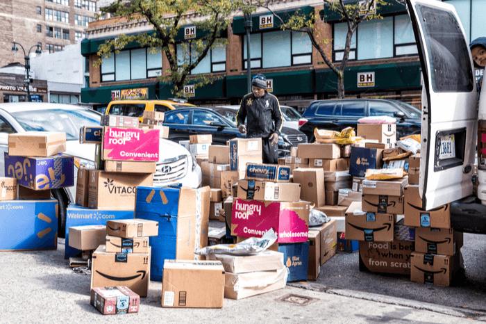 Viele Pakete vor Transporter