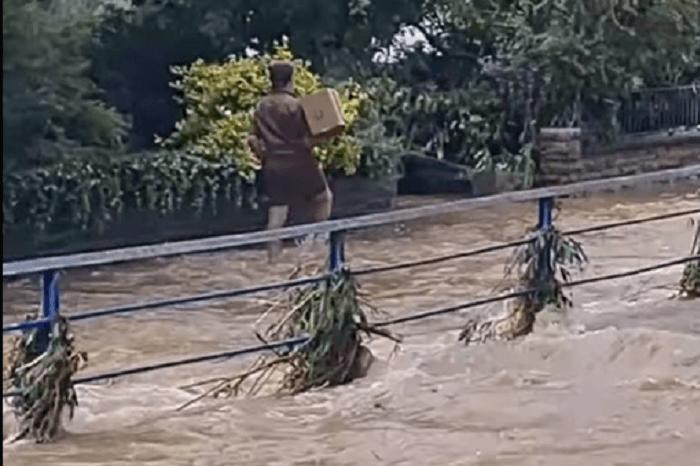 News-Bild Freitagsfundstück: Dieser UPS-Zusteller liefert auch bei Hochwasser