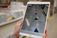 Tablet mit AR in Lagerhalle