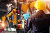 Mann und Industrieroboter