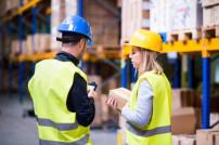Junge Mitarbeiter im Logistiklager