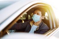 Fahrer mit Mundschutzmaske