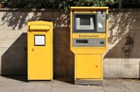 Briefkasten und Briefmarkenautomat Deutsche Post