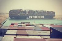 Containerfrachtschiff im Suez-Kanal quer