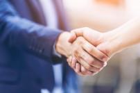 Handschlag zwischen zwei Personen