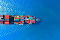 Schiff beladen Container