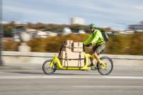 Fahrradkurier auf Lastenrad