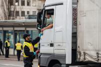 Polizei kontrolliert LKW