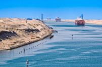 Schiffskonvoi durch Suez-Kanal