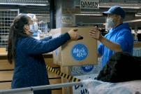 Spendenpaket wird an Logistiker übergeben