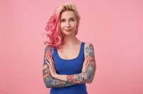 Frau mit Tattoos an den Armen
