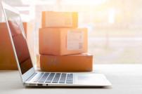 Laptop und Pakete