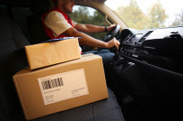 Paketfahrer im Auto