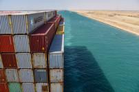 Containerfrachtschiff im Suez-Kanal