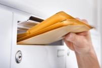 große Briefe werden aus Briefkasten genommen