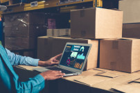 Logistik Software auf Laptop in Lager