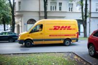 DHL Paketbote im Zustellfahrzeug