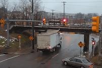 Lkw fährt gegen zu niedrige Brücke