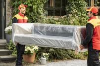 2-mann-Handling: DHL-Boten liefern ein Möbelstück