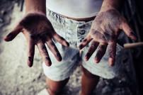 Schmutzige Hände eines Kindes
