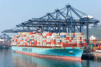 Maersk-Containerfrachter am Hafen Yantian, China