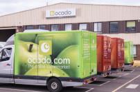 Ocado-Lieferwagen vor einem Lager