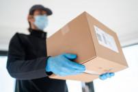 Mann liefert Pakete