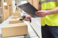 Lagermitarbeiter, der Paket für den Online-Handel und Transport scannen