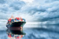 Großes Containerschiff auf dem Wasser