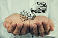 Geldscheine und Truck-Icon in Männerhand