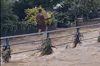 UPS-Paketbote im Hochwasser / Mayen