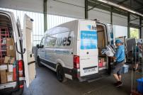 VW E-Crafter wird von Zusteller beladen