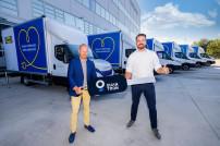 Andreas Haller, Gründer und Vorstand der Quantron AG (links), übergibt einen symbolischen Schlüssel für die gelieferten Fahrzeuge an Claes Lindgren, Country Customer Fulfillment Manager IKEA Österreich (rechts)