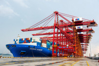 Containerschiff in Ningbo China