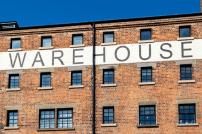 Gebäude mit Schriftzug Warehouse / Lagerhaus