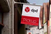 DPD Pickup Fahne an Gebäude