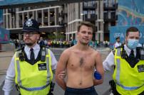 Mann wird von Polizei abgeführt