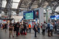 Bahnreisende am Hauptbahnhof Dresden