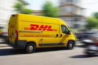 Ein Transporter der DHL fährt durch die Straßen