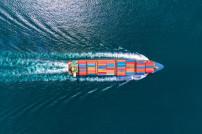 Schiff mit vielen Containern im Meer