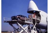Flugzeug wird mit Fracht beladen