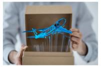 Flugzeug und Paket