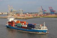 Feederschiff auf der Elbe.