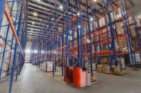 Ein leeres Logistikzentrum.