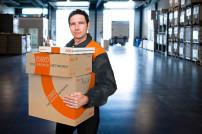 TNT Mitarbeiter liefert Pakete aus