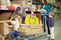 Familie bei IKEA